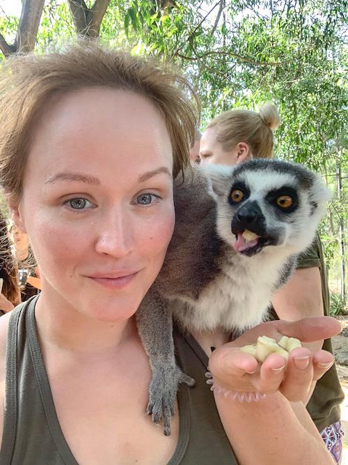 Redakteurin Jen und ein Lemur im Wildtierreservat Cheetah's Rock.