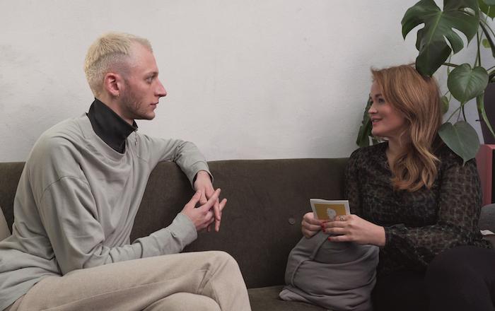 Der Designer und Künstler Darwin Stapel im Interview mit Redakteurin Jeniffer Gontovos.