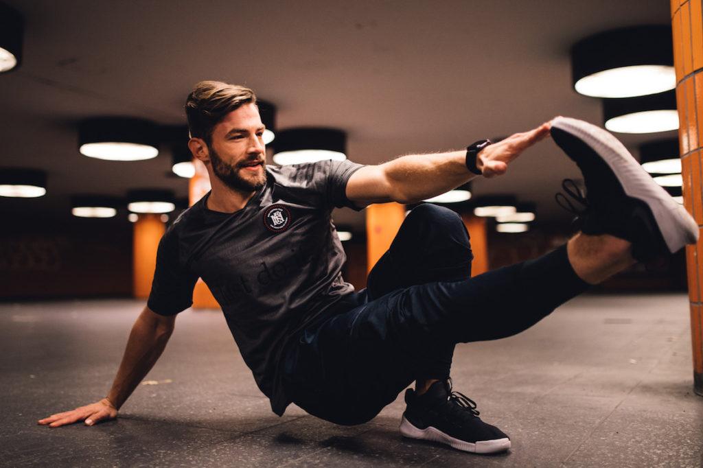 Hauptstadttrainer Erik Jäger macht eine Stretchuebung