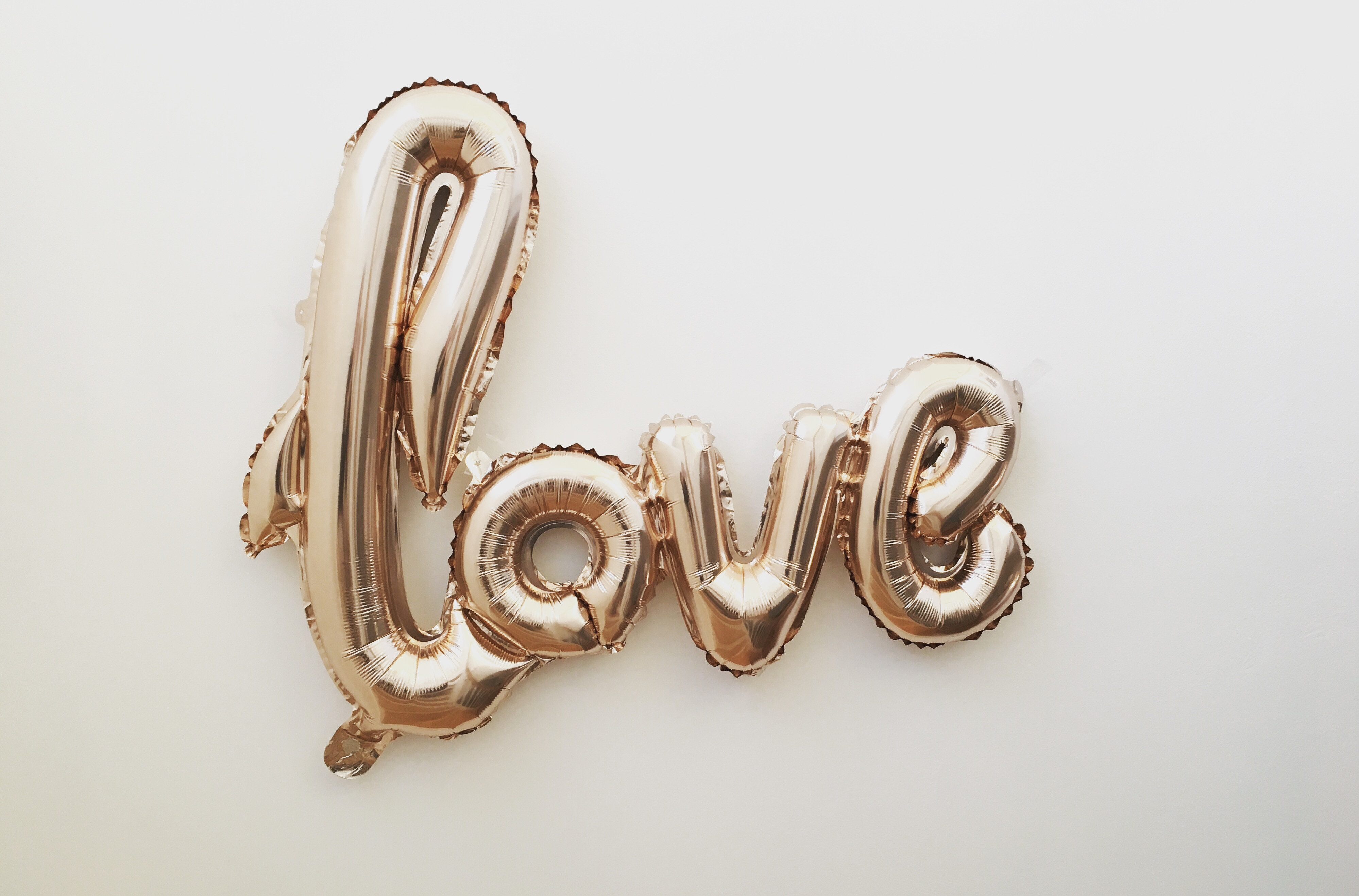 goldene Luftballons die das Wort love ergeben