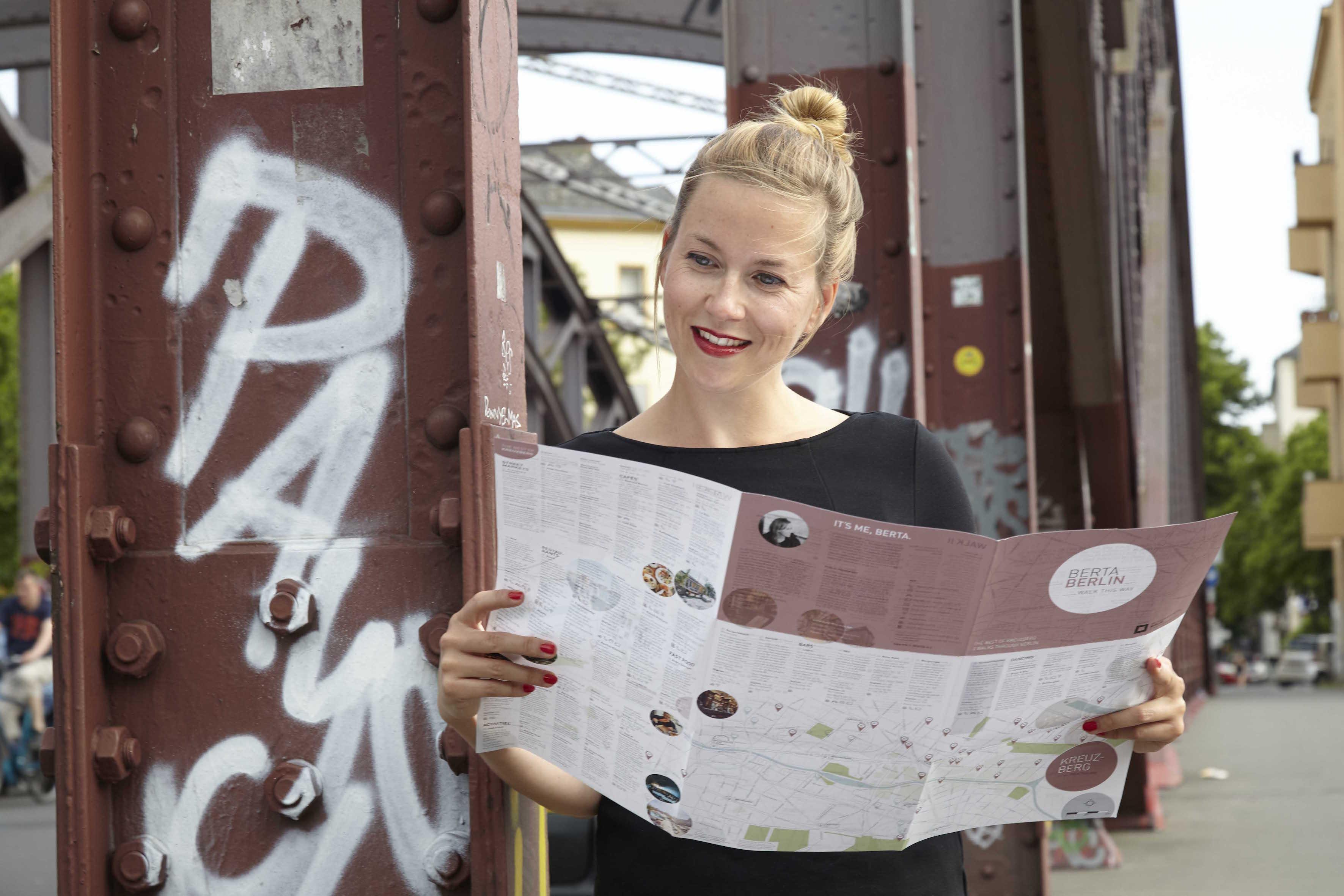 Berta Heide schaut laechelnd in ihre Berta Berlin Map