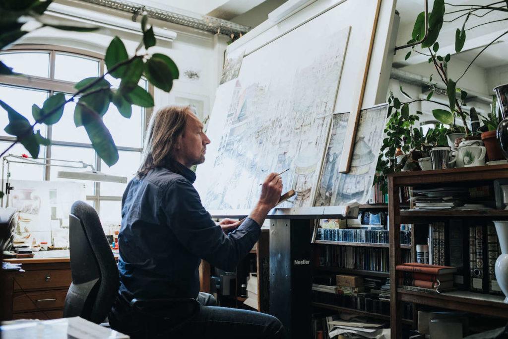 Porzellan Herstellung in der KPM Berlin. Der Königlichen Porzellan Manufaktur. Ein Maler bei der Arbeit.