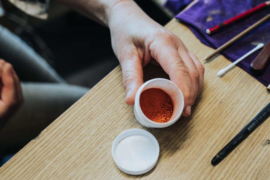 KPM Porzellan-Malerin Annette Reimann zeigt uns Porzellanfarbe.