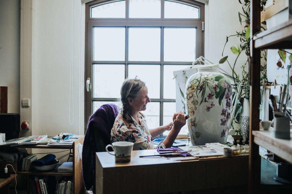KPM Berlin Porzellan Malerin Annette Reimann bei der Arbeit.