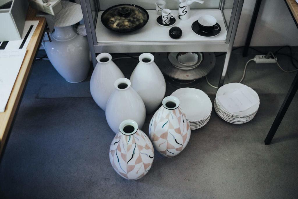 Porzellan Herstellung in der KPM Berlin. Der Königlichen Porzellan Manufaktur. Verschiedenen Vasen.