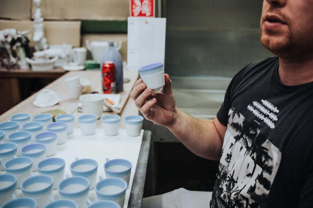 Porzellan Herstellung in der KPM Berlin. Ein Qualitätskontrolle in der Königlichen Porzellan Manufaktur.
