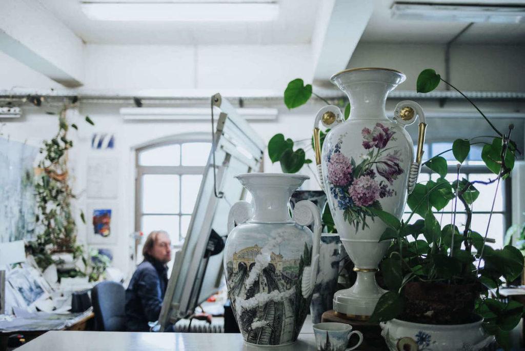 Porzellan Herstellung in der KPM Berlin. Der Königlichen Porzellan Manufaktur. Im Bild finden wir eine bemalte Vase.
