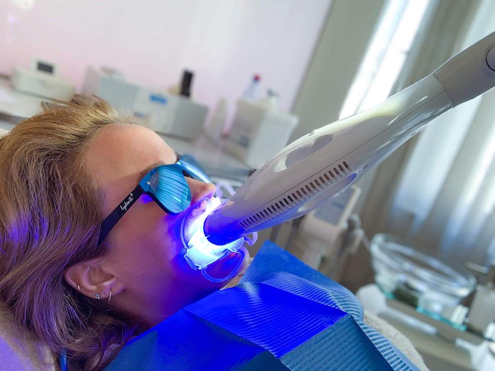 Wir waren bei ready to smile und haben ein professionelles Zahnbleaching getestet und sagen unseren gelben Zähne den Kampf an.