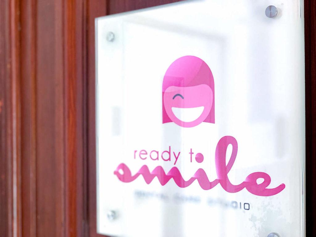 das Schild von ready to smile. wir haben uns dort in Sachen Mundhygiene beraten lassen.