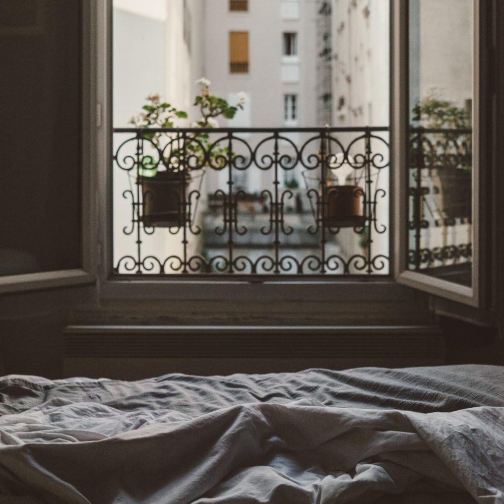 Paris von zu Hause, ein Bett vor einem Fenster in Paris