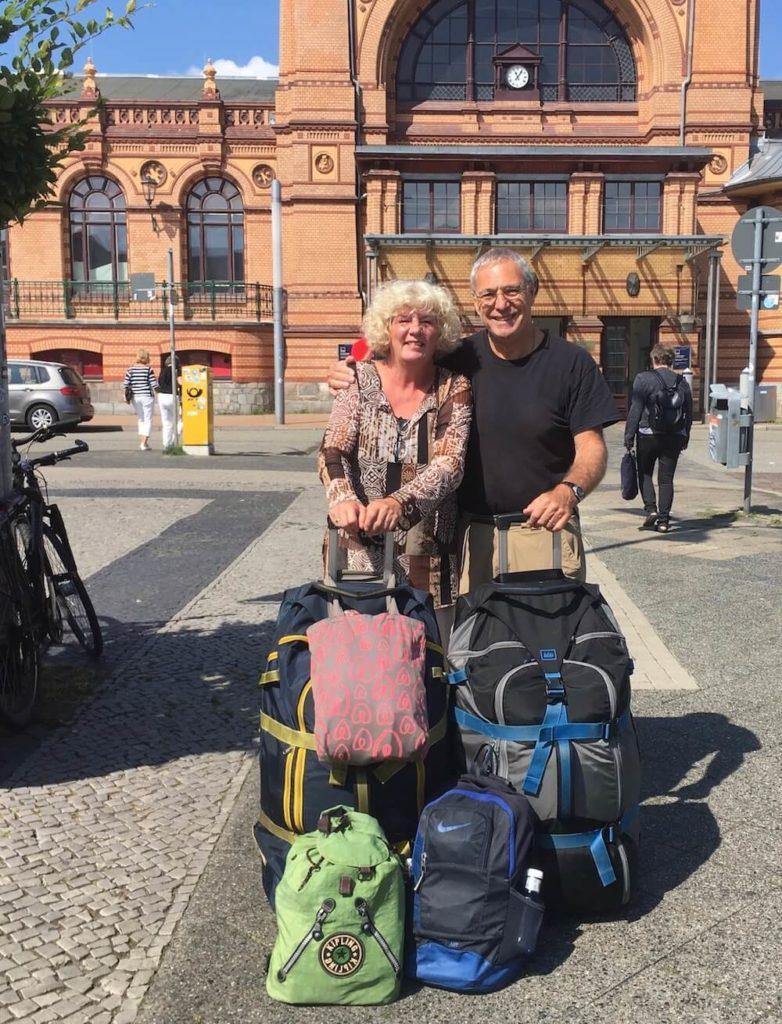 Ein Bild von den Senior Nomaden Debbie und Michael, die nur noch in Airbnb Unterkünften schlafen. Sie haben die besten Reisetipps für Langzeitreisen.