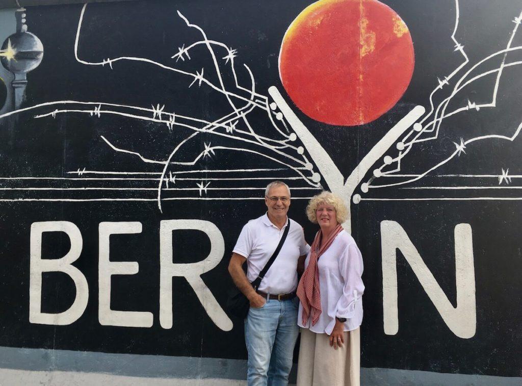 Ein Bild von den Senior Nomaden Debbie und Michael, die nur noch in Airbnb Unterkünften schlafen.