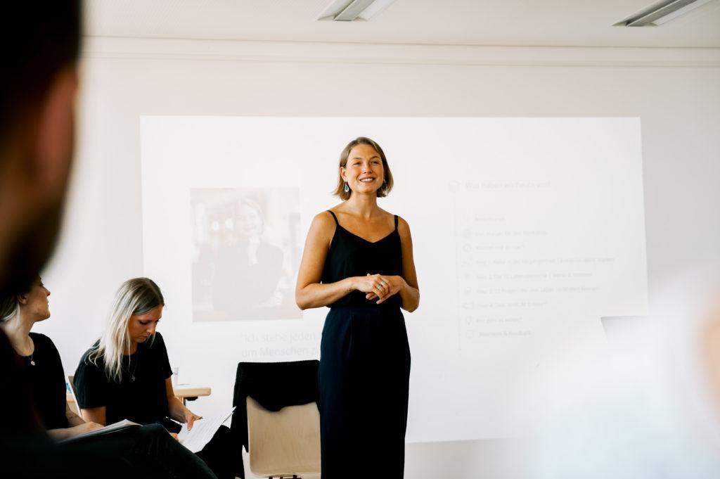 Persoenlichkeits Coach Marilena Berends bei einem Vortrag