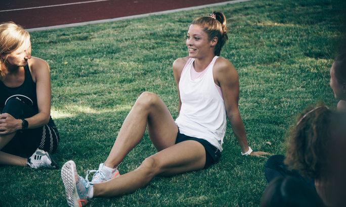 Ruth Spelmeyer Leichtathletin sitzt auf der Wiese