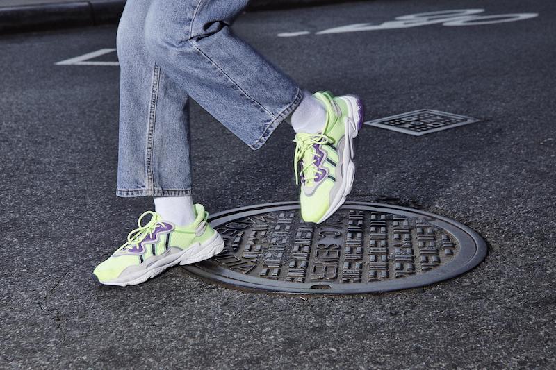 Ein Werbebild des Adidas Ozweego und LXCON