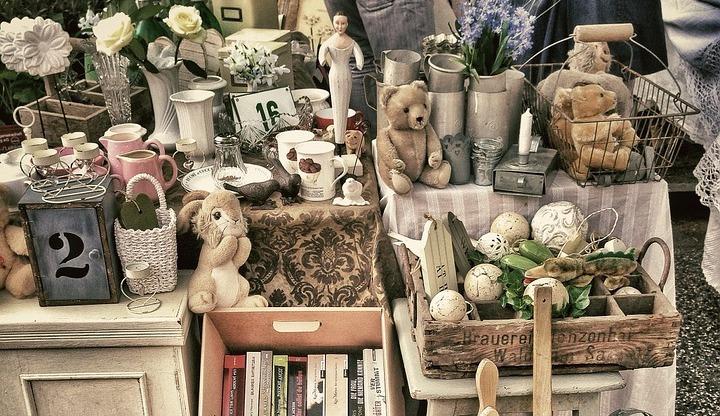 Flohmarkt Berlin mit Deko, Vasen und Kuscheltieren