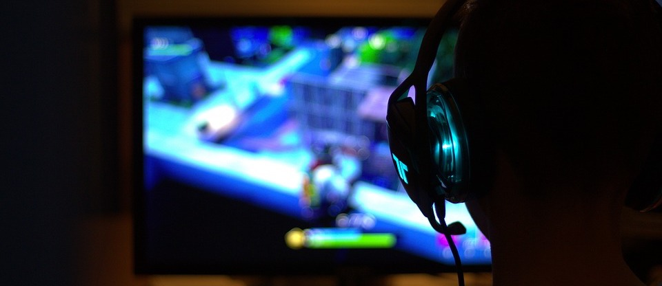 Online Gaming Junge am PC mit Headset-Kopfhörern Gamingsprache