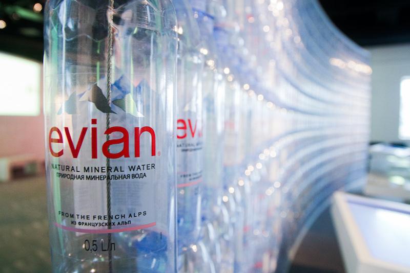 Evian PET-Einwegflaschen als Kunstwerk gespannt.