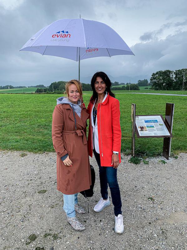 Cathy le Hec und Redakteurin Jen Gontovos im Quelleneinzugsgebiet von evian bei Évian les Bains.