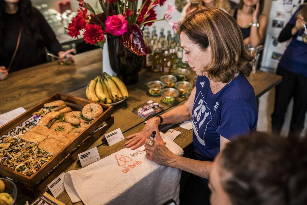 Kathrine Switzer bei Airbnb Entdeckungen Event für Berlin Marathon Autogramm