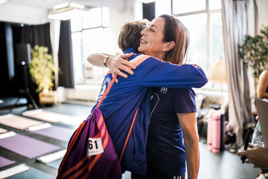 Kathrine Switzer bei Airbnb Entdeckungen Event für Berlin Marathon Umarmung