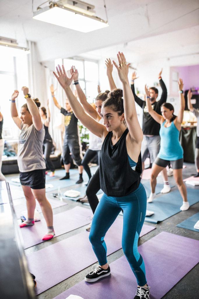 Kathrine Switzer bei Airbnb Entdeckungen Event für Berlin Marathon Sport Warm Up