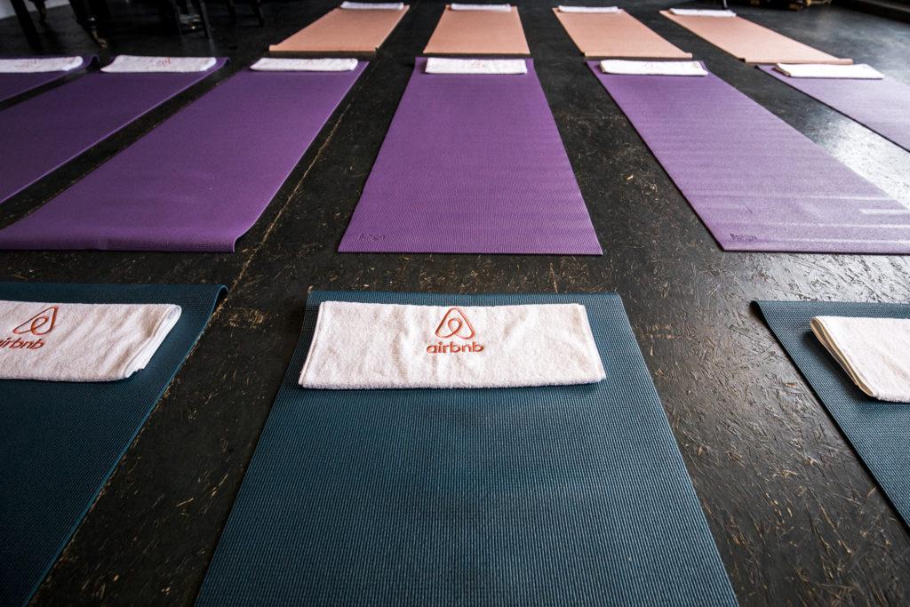 Kathrine Switzer bei Airbnb Entdeckungen Event für Berlin Marathon Yogamatten und Airbnb Handtücher