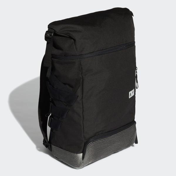 Ein Rucksack aus der adidas x Parley Kollektion aus recycelten Plastik.