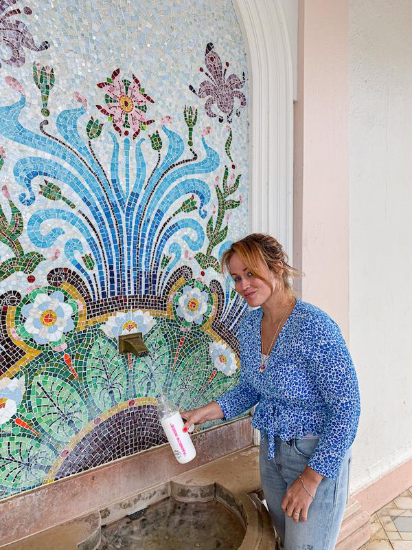 Redakteurin Jen Gontovos bei der Source Cachat von evian im Ort Évian les Bains.