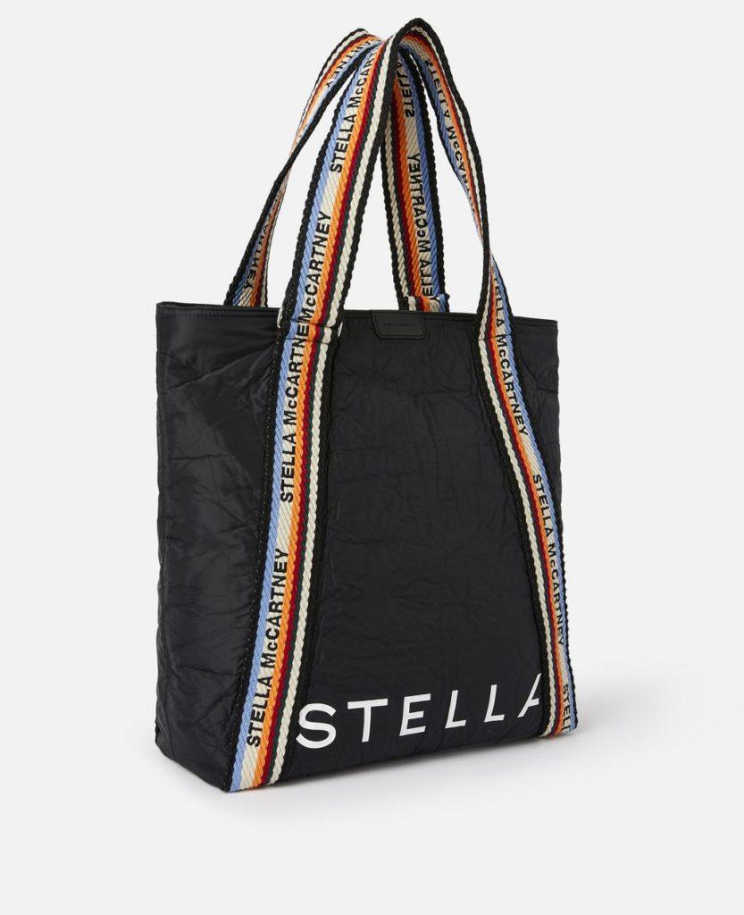 Die Tote Bag von Stella McCartney aus recycelten Polyester.