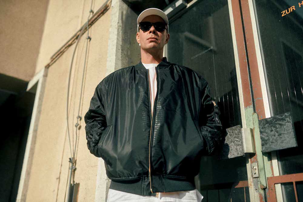 Musiker Trettmann in der Wendejacke der adidas Originals Breaking Walls Kollektion