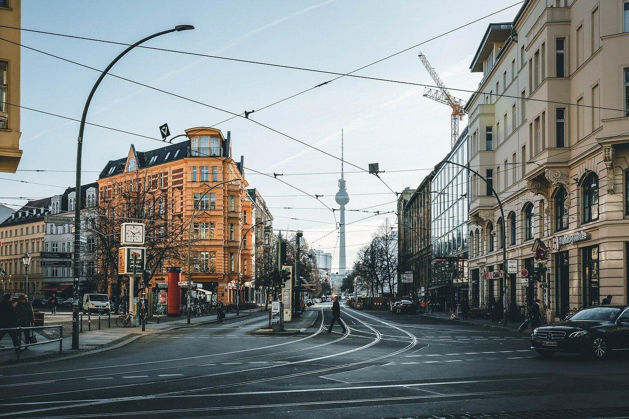 Strassenkreuzung in Berlin mit Blick auf Fernsehturm