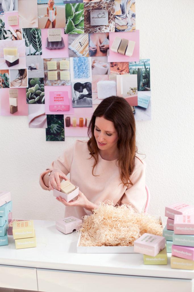 Gründerin Paloma Cheyenne Bradtke verpackt Naturseifen von Wonderbar