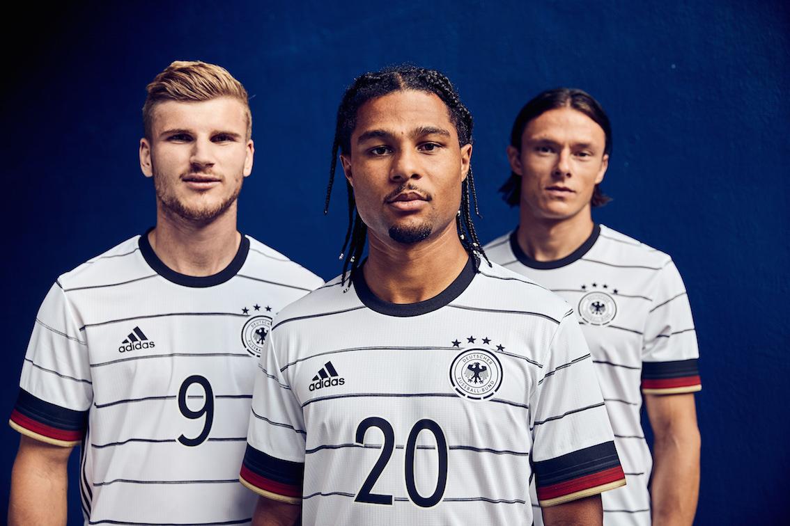 Serge Gnarby und weitere deutsche Nationalspieler im neuen DFB 2020 Trikot