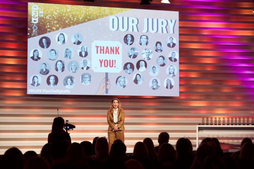 Der Digital Female Leader Award von Global Digital Women Tijen Onaran steht auf der Bühne