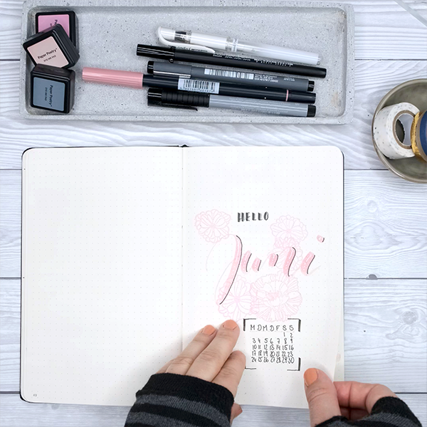 Einfach Lilienhaft Bullet Journaling zeigt wie Lettering geht im Creative Notebook