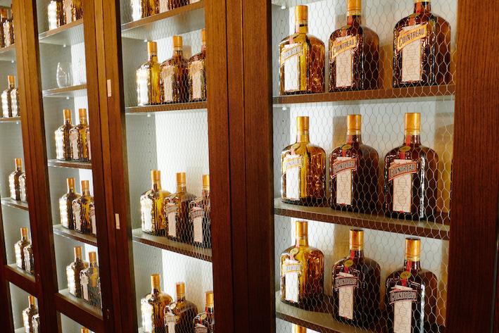 Viele Cointreau Flaschen nebeneinander