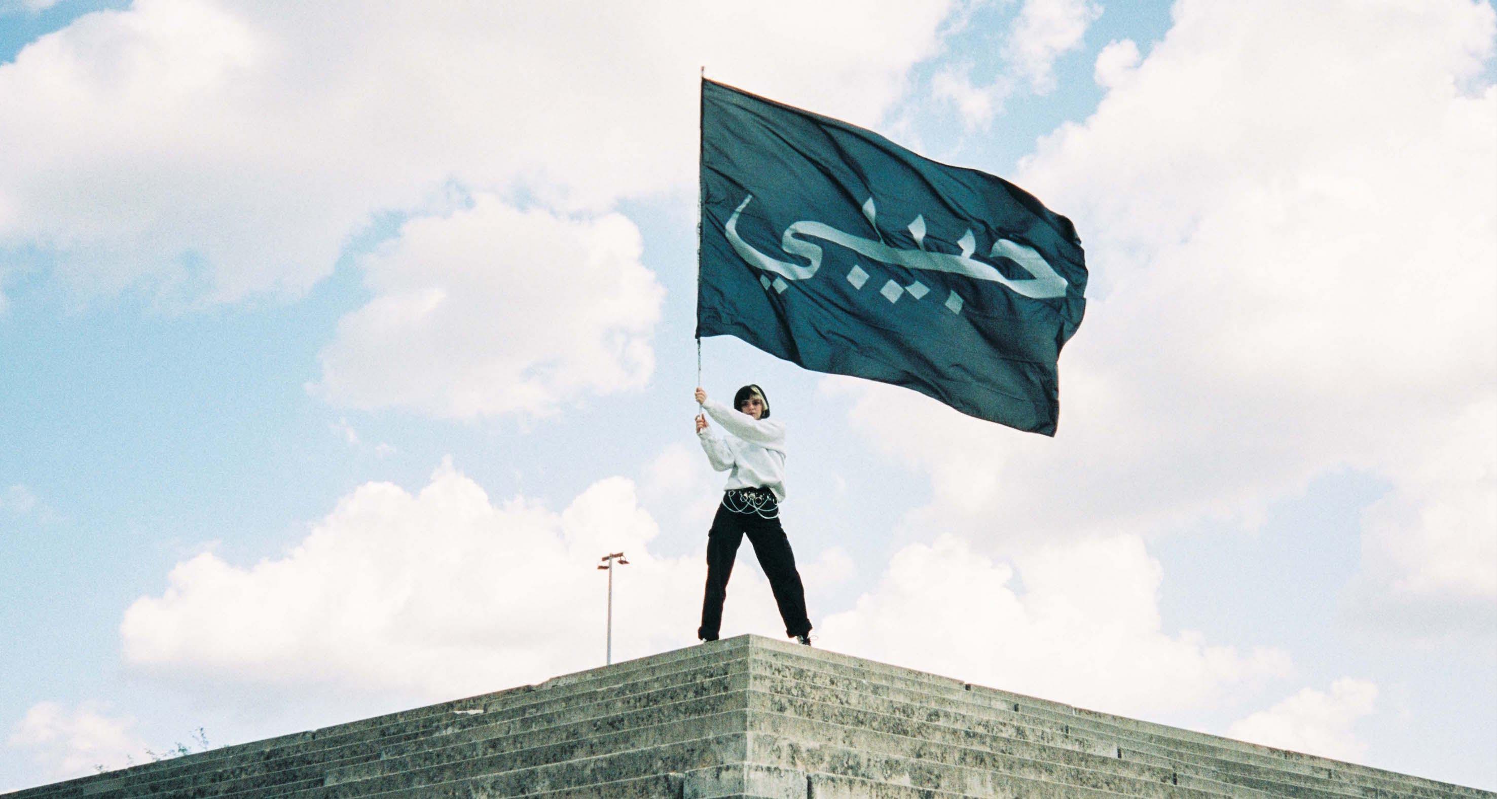 Flagge mit arabischem Schriftzug habibi des modelabels habibi you know