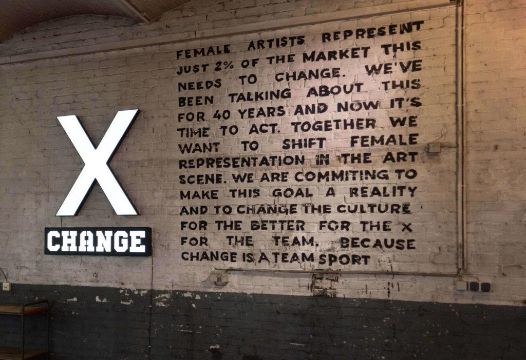 Kampagne XCHANGE mit adidas Originals für mehr Frauen in der Kunst im XCHANGE Space in Berlin Kreuzberg darüber, dass Frauen nur zwei Prozent in der Kunstszene einnehmen