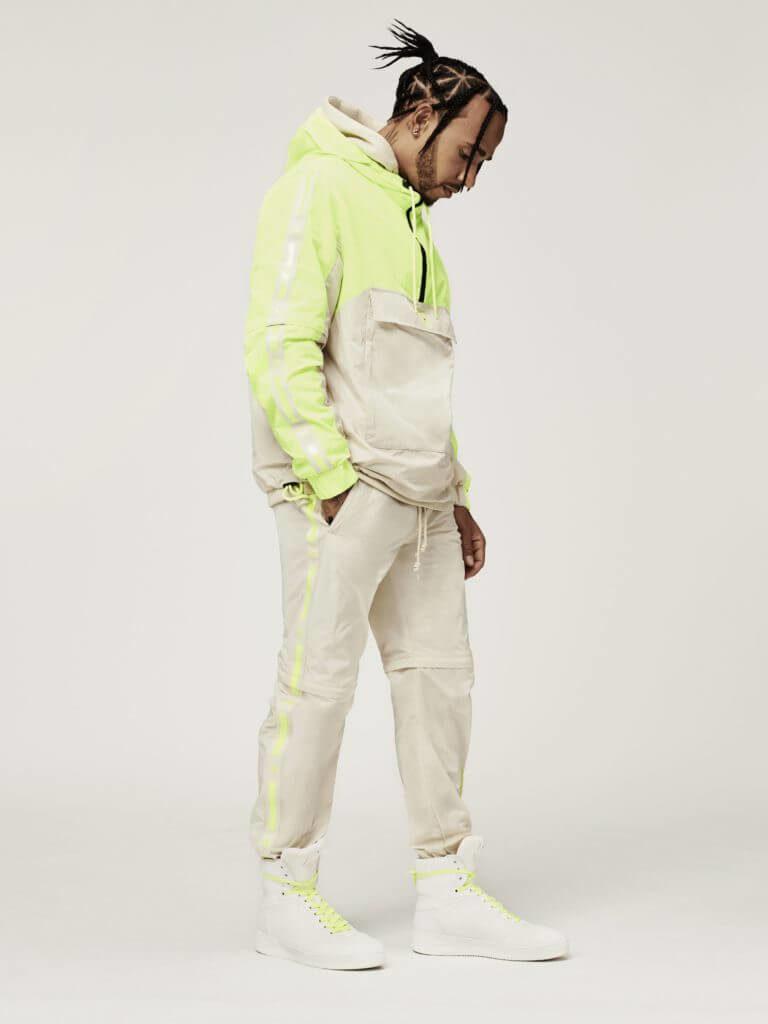 Fashion News mit Kollaboration Tommy Hilfiger und Lewis Hamilton Tommy x Lewis beige und neongelber Look