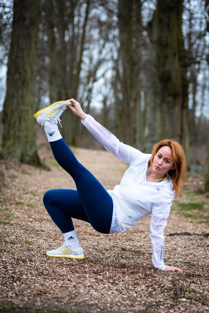 Jen im neuen FOCUS BREATHE Laufschuh von adidas bei dem Move to reconnect Event von adidas und Zalando mit Budokan Athletin Melayne Shayne.