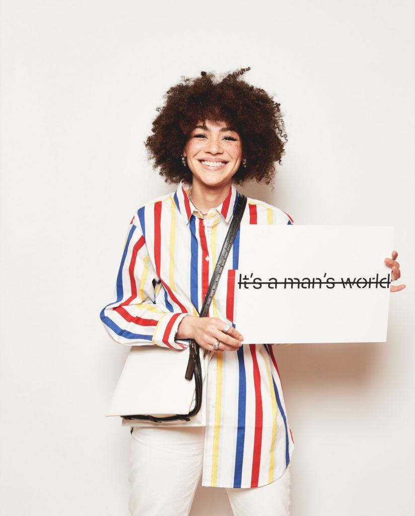 Influencerin Julia Dalia mit Schild mit Esprit und UN Women für Frühlingskampagne 2020 #YouRule für Gender Equality
