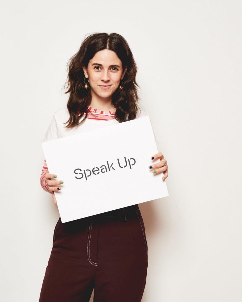 """Teilnehmerin Nike van Dinther mit Schild """"Speak Up"""" mit Esprit und UN Women für Frühlingskampagne 2020 #YouRule für Gender Equality"""
