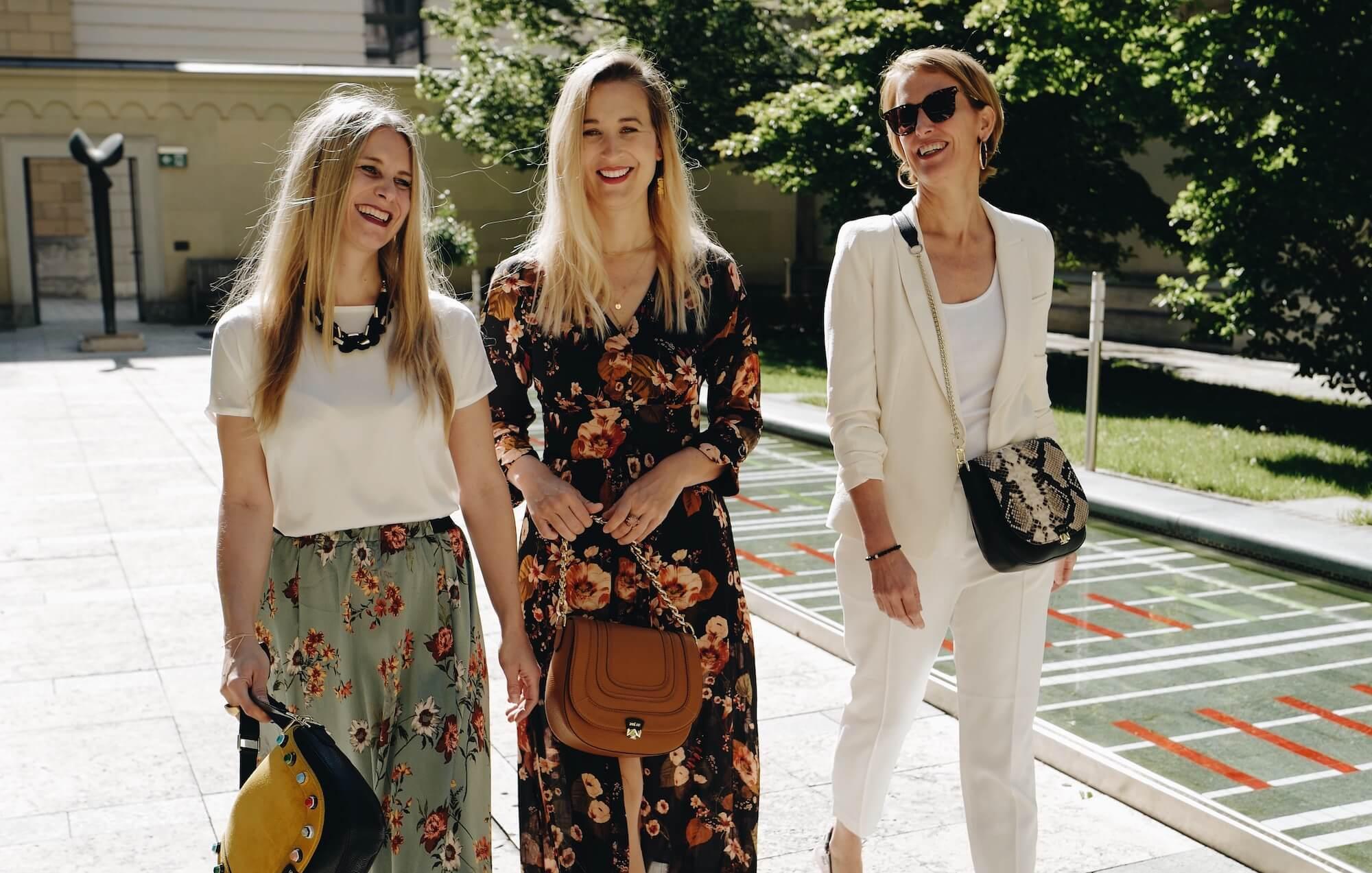 Die Zoe Lu Gründerinnen Jennifer, Larisa und Ulrike mit den Handtaschen und Wechelklappen.